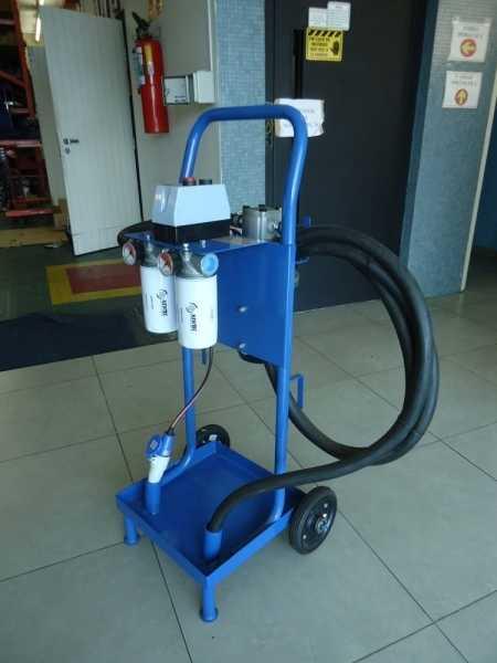 Composta de filtros, manômetros, mangueiras, bomba de engrenagem, flange de ligação, motor elétrico, chave elétrica, tomada, carrinho